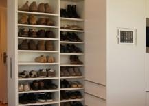 Im Küchenblock ist ein Schuhschrank zum herausfahren