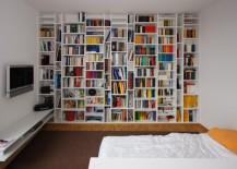eingepasstes Bücherregal