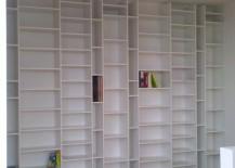 weißes Bücherregal