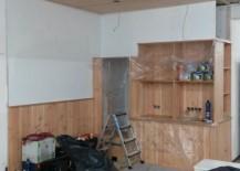Abgehängte Decke mit Luft für Einbaustrahler. Jetzt ist auch der Hohlraum über den Möbeln verschlossen und weiß gestrichen.