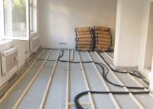 Unterkonstruktion mit Aussparungen für Kabel und Leitungen sowie Heizungsrohre