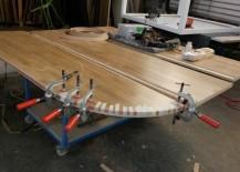 Die Holzkante an der Rundung wird angeleimt