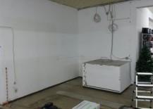So sah der Raum aus, in den die Kaffeeecke eingebaut werden sollte. Ein Betonklotz ließ sich nicht entfernen.
